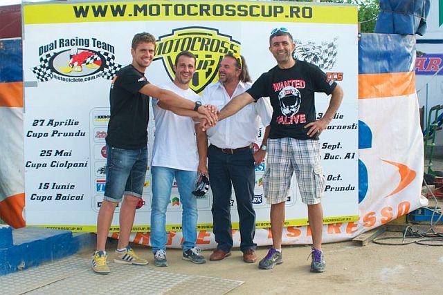 Exemplu de conlucrare în motocrosul românesc, etapa de la Sag a Motocross Cup: Răzvan Irimescu, campion la quad şi organizator de curse, Claudio Cutaia, proprietarul circuitului de la Şag, alături de Adrian Răduţă şi Ciprian Popescu, organizatori Motocross Cup